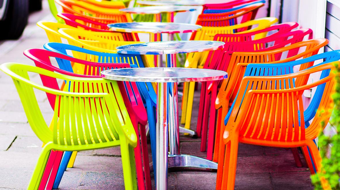 Chaises de jardin en plastique : colorées et économiques